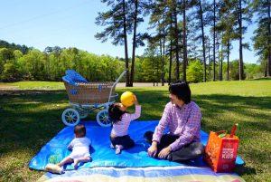 プスプスにに赤ちゃんと荷物を入れてピクニックに。